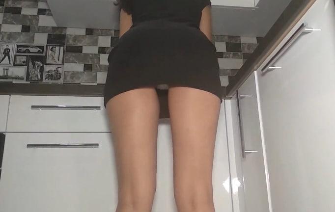 Une jolie robe noire en cuisine