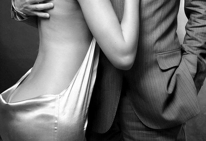 L'escort boy enveloppa les épaules de Madame