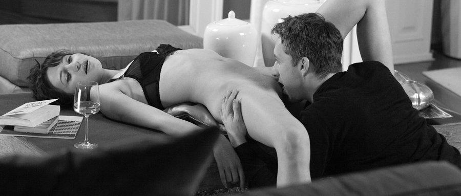 L'escort boy pressa sa langue contre son sexe humide