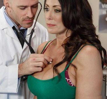 Le stethoscope était froid sur sa poitrine