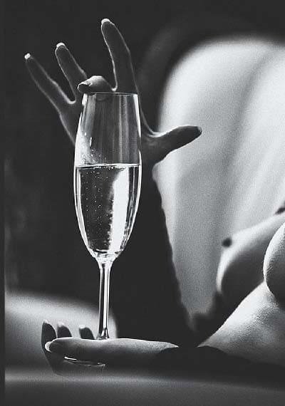 Madame humecte ses lèvres de champagne pour exciter son escort boy