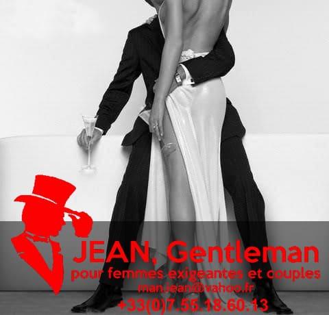Le gentleman escort boy et sa lady boivent du champagne