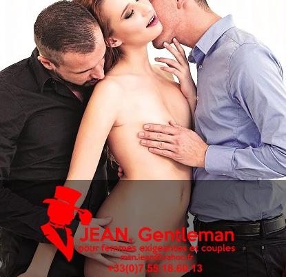 Son mari et son escort boy la caressent