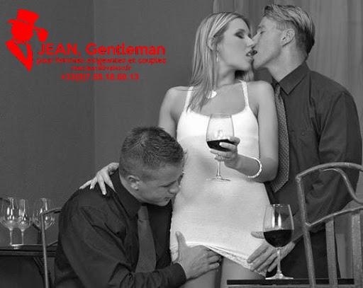Prendre un verre avec un couple candauliste et un escort boy